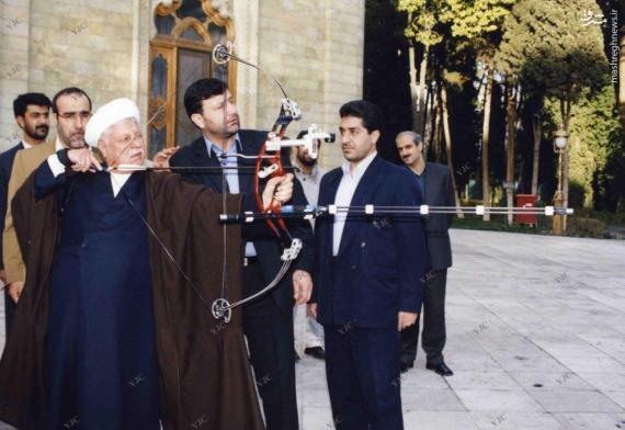 عکس/ تیراندازی هاشمی رفسنجانی با کمان