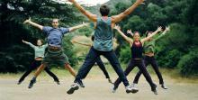 بهترین راه برای به دست آوردن تناسب اندام کل بدن، این است که هر روز روی یک نوع تمرین کار کنید. شما با انجام تمرینات به صورت متناوب میتوانید قبل از تمرین بعدی، به عضلات و تاندونهایتان فرصتی برای التیام و ترمیم دهید. این کار به شما امکان میدهد که قدرت بیشتری داشته باشید و هنگام انجام تمرینات، بهتر روی عضلاتتان کار کنید. در اینجا به شما میگوییم که چطور به تناسب اندام کل بدن دست پیدا کنید:  تکنیک شماره ۱: تمرینات قلبی عروقی  روز اول را با یک تمرین قلبی عروقی آغاز کنید. این تمرین میتواند شامل هر فعالیت قلبی